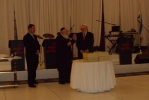 "Rabbi Pinhas Weberman (center) and Dave Lewis (left) present award to Irving ""Red"" Heller."
