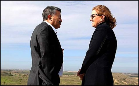 Amir Peretz and Tzipi Livni on a visit to Peretz's home town of Sderot, December 19, 2012.