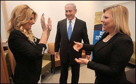 Benjamin Netanyahu and his wife Sara (R) in the company of singer Sarit Haddad, before an election event at which Haddad praised Bibi: &quot;You&#039;re a cannon!&quot;