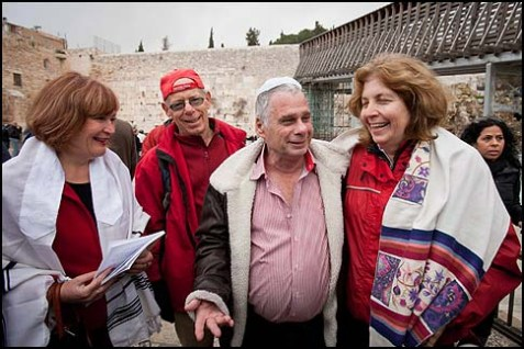 Anat Hoffman (R.) and Lesley Sachs with the paratroopers who liberated the Kotel.