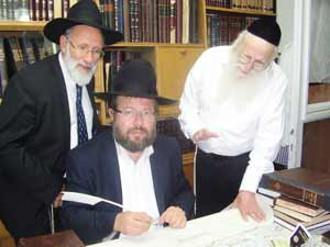 Rav Azriel Auerbach shlita. The sofer wrote his letter as his hands shake.
