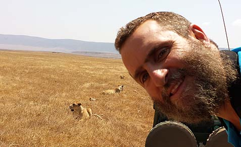 boteach with lions.jpeg