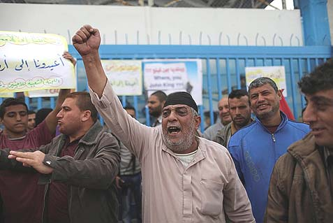 Palestinians protesting outside the office of the UN Relief and Works Agency (UNRWA) in Gaza, demanding the resumption of food to refugees, stopped after dozens of them stormed the same offices a week before.