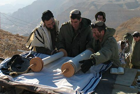 If the soldiers cannot come to the Torah, then the Torah comes to the soldiers; Torah reading in the field