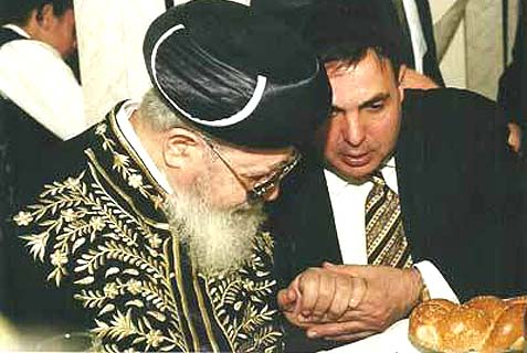 The author consulting with Maran HaRav Yosef.