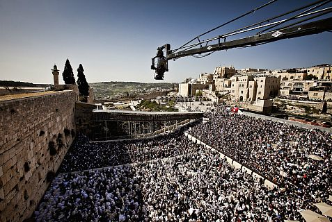 An IMAX camera mounted on a crane captures the recitation of the priestly blessing at the Western Wall during Passover.