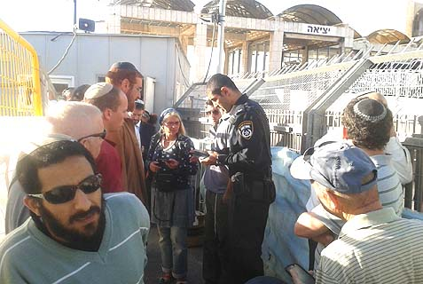 Police examining visitors wishing to enter the Temple Mount.