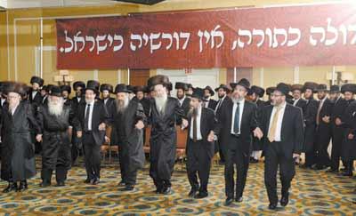 Spirited dancing at the Dirshu Shabbos Kinnus Olam HaTorah. L-R: HaRav Yechiel Mechel Steinmetz, HaRav Shmuel Yaakov Borenstein, HaRav Dovid Hofstedter, HaRav Moshe Mordechai Lowy, HaRav Yehoshua Fuhrer, HaRav Zev Smith, HaRav Moshe Chaim Kahn and HaRav Shlomo Zafrani.