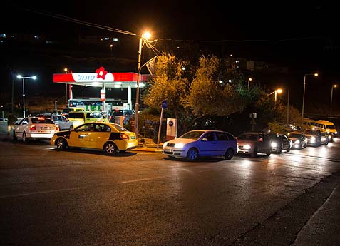 Arabs Crowd Israeli Gas Stations as Shortage Plagues PA