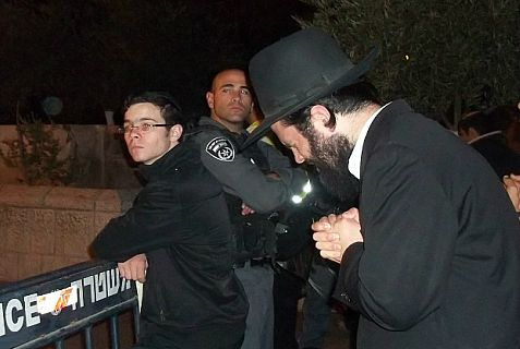 sivuv Haredi prays.jpg