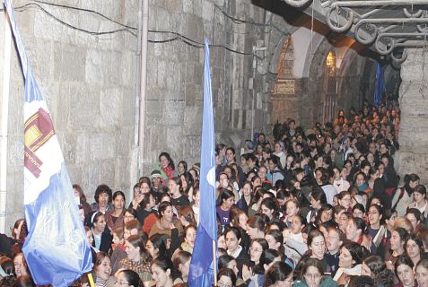 "Young women at the ""Sivuv Sha'arim"" march around the old gates to the Holy Temples."