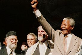Nelson Mandela salutes the crowd at the Green and Sea Point Hebrew Congregation in Cape Town  in 1994. SA Rochlin Archives, SAJBD