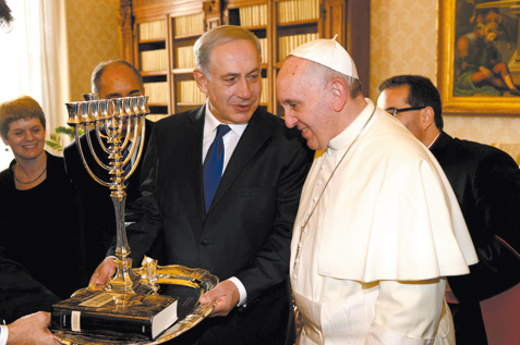 Prime Minister Netanyahu presents Pope Francis with a menorah