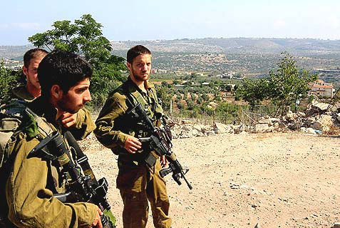 Israeli soldiers patrol alongside the Israel-Lebanese border (illustration image).