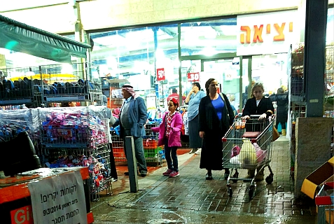Israelis and Arabs shopping together.