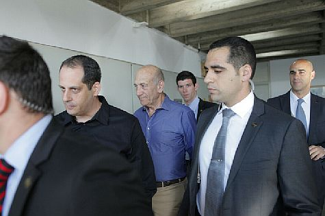 Former Prime Minister Ehud Olmert arrives at Tel Aviv District Courthouse in Holyland Park trial, October 2013 / archive photo
