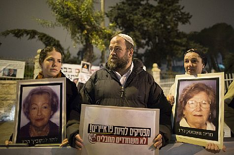 Israelis protest the release of PA terrorist prisoners outside Prime Minister Binyamin Netanyahu's residence in Jerusalem on March 29