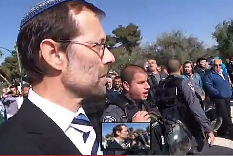 Police protect MK Feiglin from Arabs on Temple Mount.