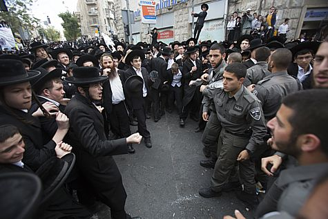 Haredim riot after draft-dodger is arrested.