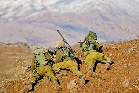Israeli troops guarding the northern border.