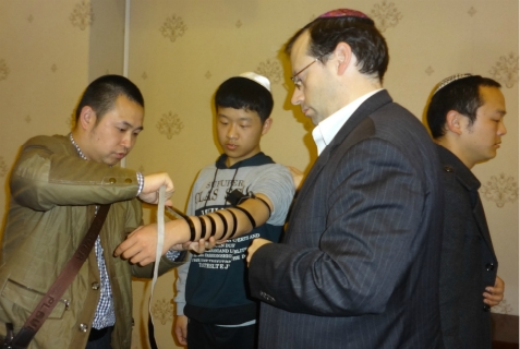 Tzuri (Heng) Shi (far left) with Michael Freund (right) and Kaifeng Jewish community members
