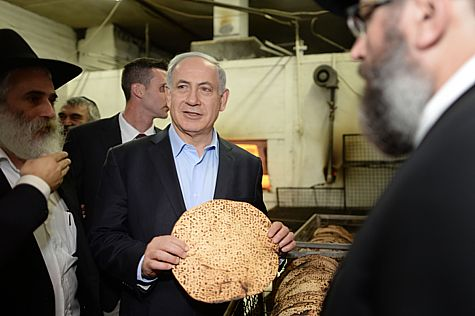 Netanyahu Holding Matza