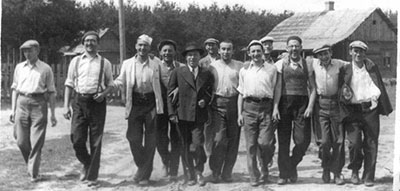This photo of students from the Mir Yeshiva was taken at the Nowojeinia Summer Camp, which was near Novogodek, Poland (now Belarus) (L-R) Joshua Chinn, R. Moshe Shain, Harry Horowitz, unknown, R. Simcha Weissman, Pinchas Berliner, R. Shmuel Birnbaum, Mottel Jaffe