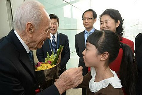 China gave Peres the red-carpet treatment for his three day-visit this week.