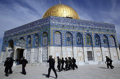 Israel Police confront Arab rioters at Dome of the Rock mosque on the Temple Mount, February 2014. (archive)