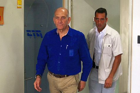 Former PM Ehud Olmert enters Tel Aviv District Court prior to sentencing, May 13, 2014.