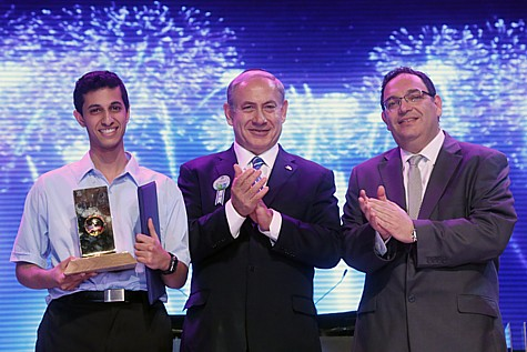 Israeli Prime Minister Benjamin Netanyahu (C) and Education Minister Shay Piron (R) seen with the winner of the annual Bible Quiz for Youth, Eitan Amos (L) at the Jerusalem Theatre on May 6, 2014.