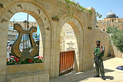 An Israeli soldier stands in the city of David (Ir David), May 19, 2009.