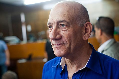 Former PM Ehud Olmert at Tel Aviv District Court hears his sentence on May 13, 2014.