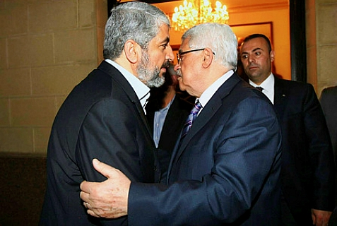 Hamas politburo chief Khaled Mashaal and PA/Fatah leader Mahmoud Abbas. 'greet' each other at past meeting. (archive)