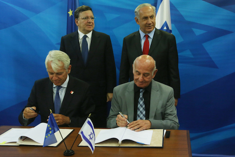 Prime Minister Benjamin Netanyahu, MK Yaakov Peri (Bottom Right), sign Horizon 2020 agreement with European Comissioner Emanuel Barso