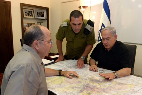 PM Netanyahu, DM Ya'alon and an IDF officer reviewing maps in search of the kidnapped boys.