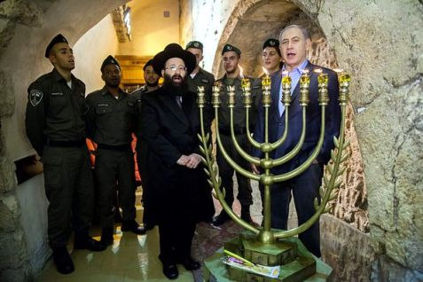 Netanyahu lighting Menorah at Kotel