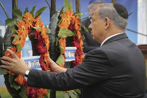 PM Binyamin Netanyahu lays a wreath at Mount Herzl to honor victims of terror on Israel's Remembrance Day.