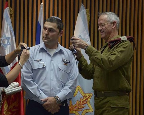 Brigadier General Zvika Fairaizen with former chief of staff Maj. Gen. Benny Gantz / IDF