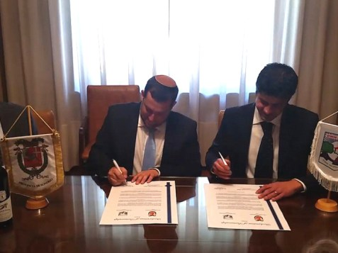 Shomron Council Chairman Yossi Dagan and Province of Sondrio President Luca della Briotta signing pact.