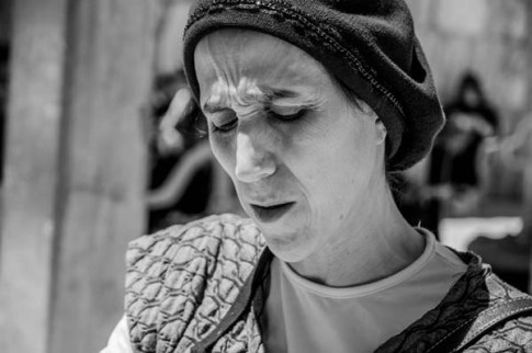 Woman praying in Jerusalem / Photo credit: Ava Randa