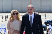 Israeli Prime Minister Benjamin Netanyahu (R) and his wife Sara seen boarding the plane to New York for an official state visit to the US, September 20, 2016.