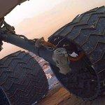 """Neues von der """"Curiosity""""-Mission # 057: Routinecheck ergab zwei kleine Löcher im linken Mittelrad des Mars-Rovers"""