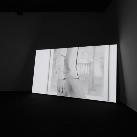 "Ed Atkins, ""Happy Birthday!!!"", Installationsansicht Neues Museum 2015 · Mixed Media, HD Film-Installation mit 5.1 Sound-Surround-System Courtesy the Artist and Cabinet, London · Foto: Neues Museum (Annette Kradisch)"