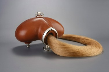 Mark Woods (UK): Brownie Box Fetish, 2014, Leder, Edelmetall, echtes Haar, 68x27x6,5 cm, Foto: Paul Tucker