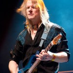 Steve_Morse_playing_with_Flying_Colors_(2012)