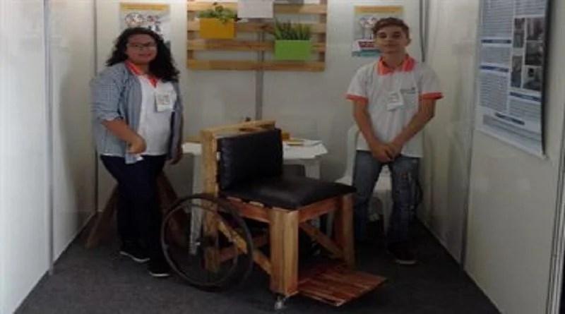 Estudantes da Paraíba criam cadeira de rodas com paletes para ajudar paciente