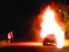 Carro é abandonado e incendiado na geral do Ratones