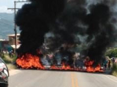 Protesto por morte no Rio Vermelho trava o trânsito na Rodovia João Gualberto Soares