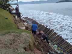 Ressaca causa novamente destruição nas praias do Norte da Ilha
